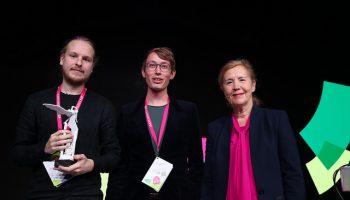 Mark Jan van Tellingen en Sjoerd ter Borg ontvangen de Icarus Award van Tineke Netelenbos, voorzitter ECP.