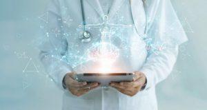 digitale zorgprofessional houdt ipad vast