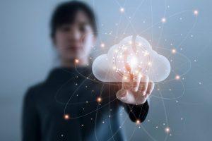 Vrouw raakt digitale wolk aan, Nederlandse AI Coalitie